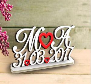 Деревянные слова и буквы с датой на подставке