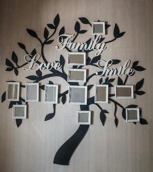 Фамильное дерево с фоторамками и словами